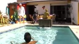 Un rebeu nique un mec dans la piscine