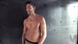 Un beau brun se branle et s'amuse avec un masturbateur