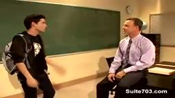 Une professeur se tape un jeune étudiant gay