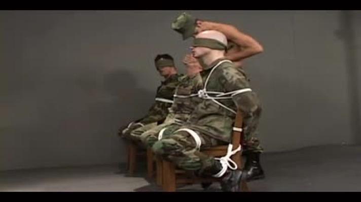 Attaché et humilié par des militaires