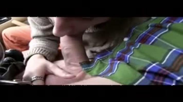 Il se fait baiser par un hétéro dans la bagnole