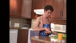 Jeune garçon efféminé se fait prendre dans la cuisine par son colocataire