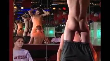 Trio de jeunes keums dans un bar gay