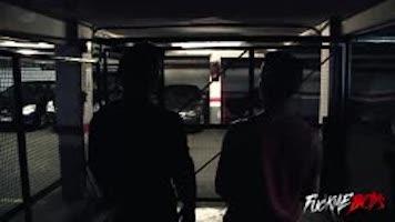 Plan à trois au garage
