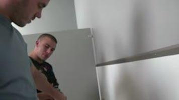 Labourage de culs dans les toilettes (bareback)