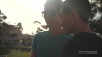 Jeune couple en baise gay bareback