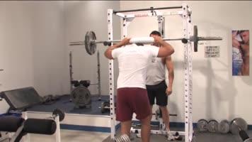 Bodybuilder se niquent à la salle de musculation
