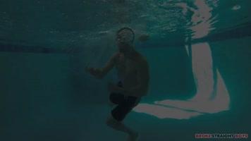 Jeunes baiseurs dans la piscine